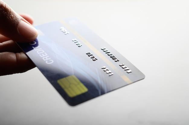 신용 카드를 들고 손을 클로즈업합니다