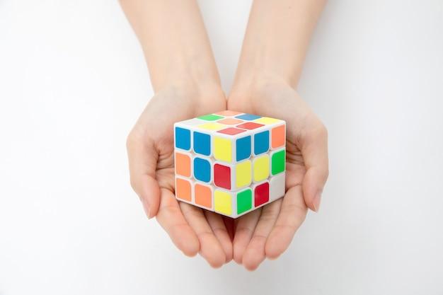 Крупным планом руки, держащей кубик рубика