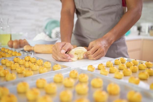 Крупным планом руки, делающие тесто для торта настар во время ид мубарак