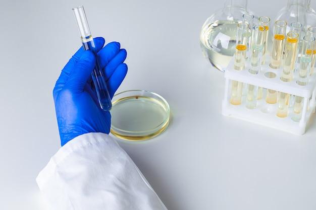 Крупным планом руки ученого, работающего с лабораторными образцами