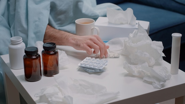 바이러스에 대한 캡슐 정제를 찾는 손 클로즈업