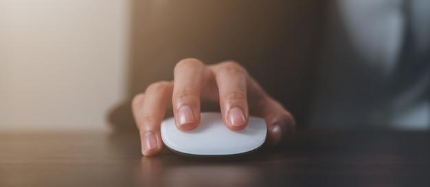 Закройте руки, используя белую мышь и нажав на офисный стол.