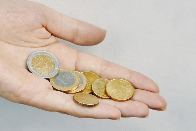 Крупным планом руки с монетами