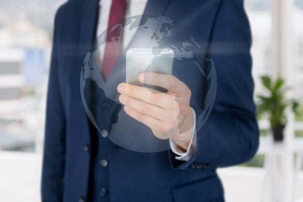Крупным планом рука с смартфонов и карта мира