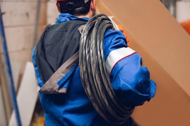 Закройте руки ремонтника, профессионального строителя, работающего на открытом воздухе, ремонта