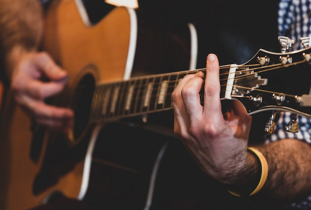クラシックギターを弾く手のクローズアップ。セレクティブフォーカス。