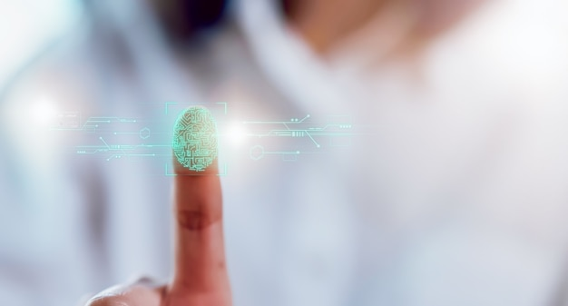 画面の指紋をスキャンして、光でロックを解除する手のクローズアップ、アイデンティティテクノロジーのセキュリティ。