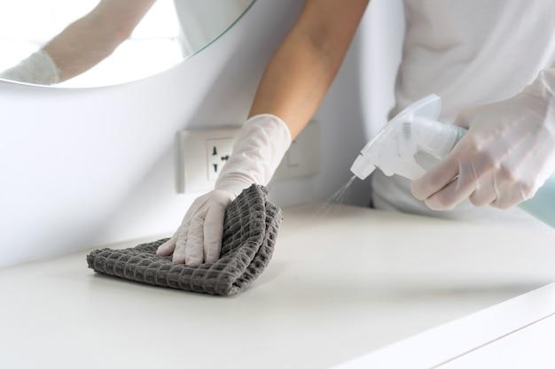 表面を消毒する手袋を着用した手のクローズアップ