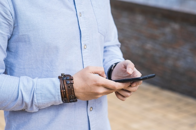 Закройте руки, которые используют смартфон. социальная сеть