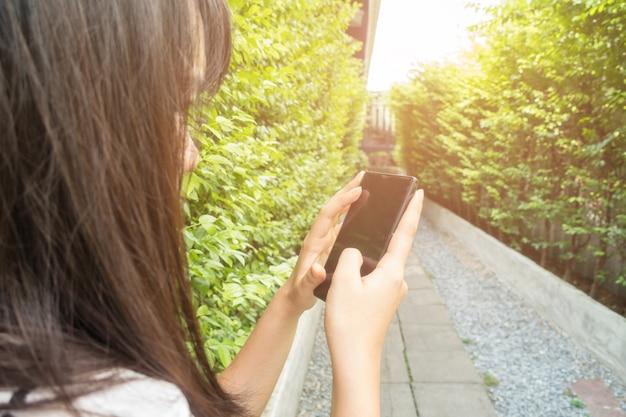 도시에서 스마트 휴대 전화를 사용하여 손 여자의 닫습니다
