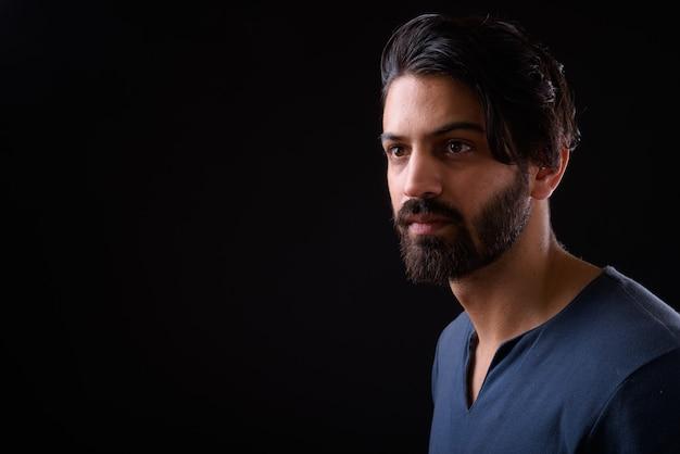 Крупным планом красивый бородатый персидский мужчина изолированы