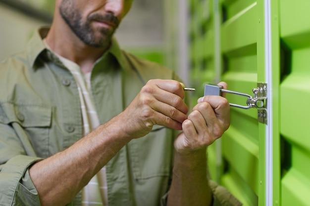 자기 저장 장치, 복사 공간의 문에 자물쇠를 여는 잘 생긴 남자의 닫습니다