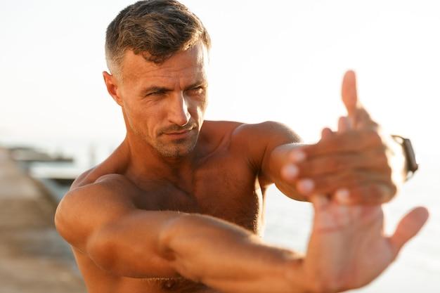 ハンサムな上半身裸のスポーツマンのクローズアップ