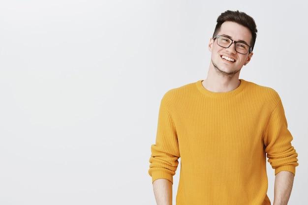 メガネでハンサムな笑みを浮かべて男のクローズアップ
