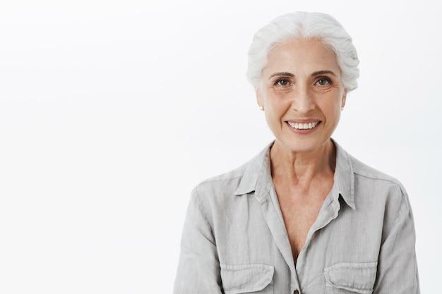 Крупный план счастливой красивой старшей женщины улыбается