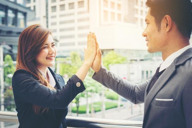 외부 팀과 함께 높은 5 기호 표시 행복 비즈니스 사람들이 닫습니다.