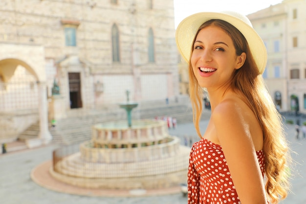 이탈리아 여행 행복 패션 관광 여자의 닫습니다. 페루자, 이탈리아의 오래 된 중세 도시를 방문하는 아름 다운 여자.
