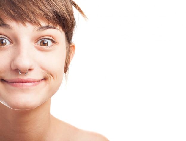Крупным планом счастливая девушка с носа пирсинг