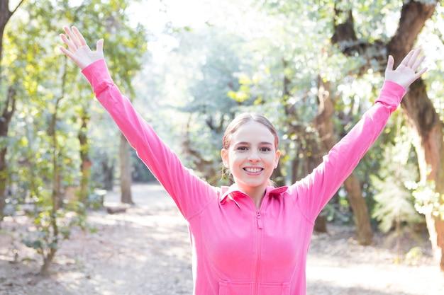 Крупным планом счастливая девушка с розовым свитером