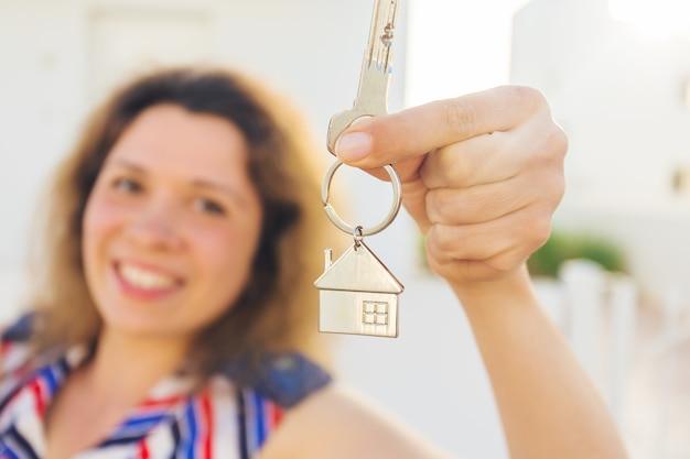 Крупный план счастливого владельца дома или арендатора, показывающего ключи и смотрящего на вас
