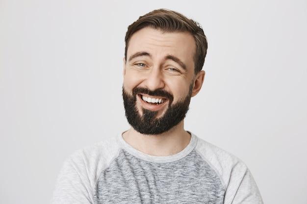 Крупным планом счастливый смех бородатый мужчина улыбается