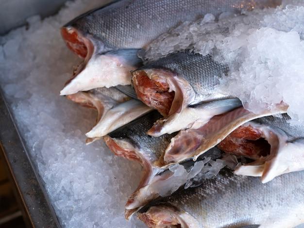 新鮮な市場で氷でヘッドカット新鮮なサーモンカバーのクローズアップ
