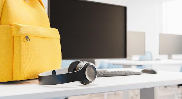 教室の机の上のヘッドフォンのクローズアップ