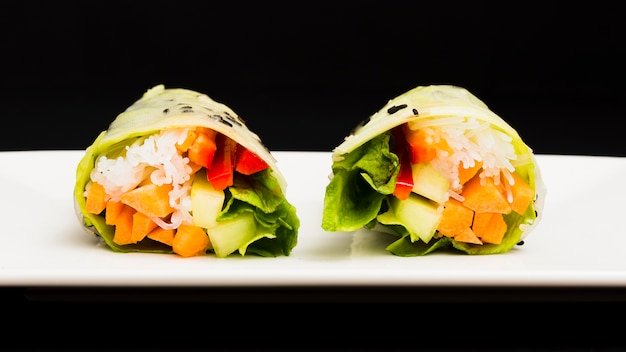 健康的な新鮮な野菜の春巻きのクローズアップ