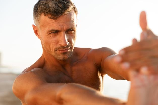 健康な上半身裸のスポーツマンのクローズアップ