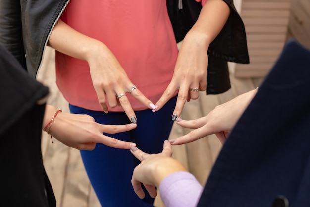 高い5つの手のジェスチャー、一般的なお祝いや挨拶のシンボルのクローズアップ。成功とチームワークの概念