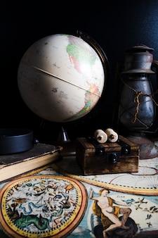 Крупный план исторической карты с глобусом и фонарем