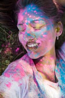 Крупный план цвета холи на лице женщины