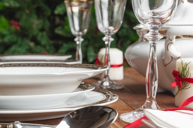 モダンなインテリアを設定する休日のテーブルのクローズアップ