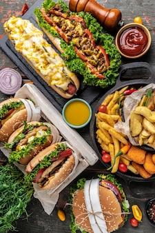 フライドチキンフライドポテトと自家製のおいしいハンバーガーとホットドッグのクローズアップ。伝統的なアメリカ料理。ファストフード