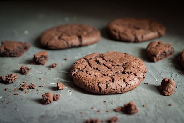 灰色のコンクリート背景に自家製チョコレートクッキーのクローズアップ。セレクティブフォーカス。浅い被写界深度