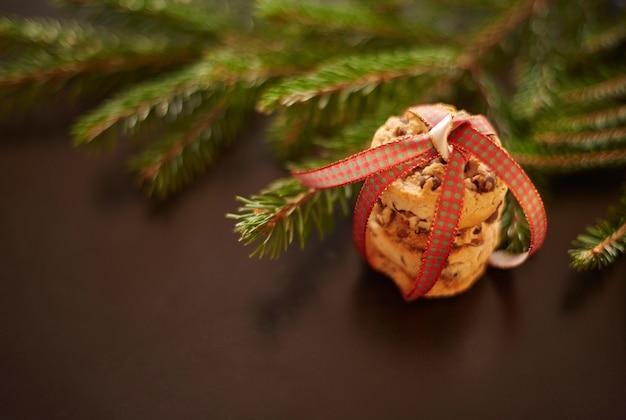 自家製クッキーと松の小枝のクローズアップ