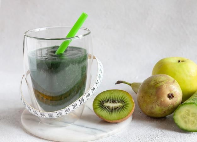 Крупным планом домашний зеленый смузи, свежие здоровые органические продукты