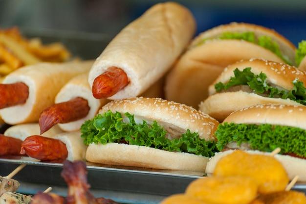 新鮮な野菜と自家製ハンバーガーのクローズアップ