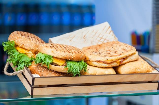 Крупный план домашнего гамбургера со свежими овощами