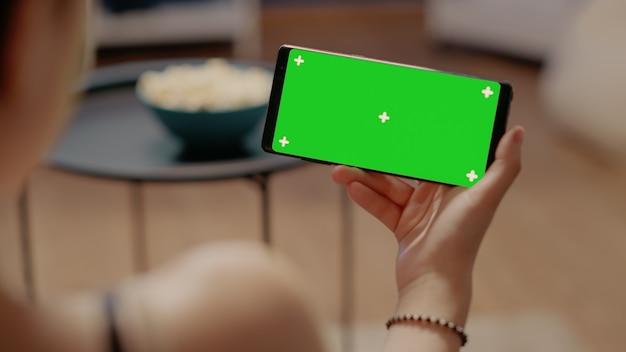 녹색 화면이 있는 수평 스마트폰 클로즈업