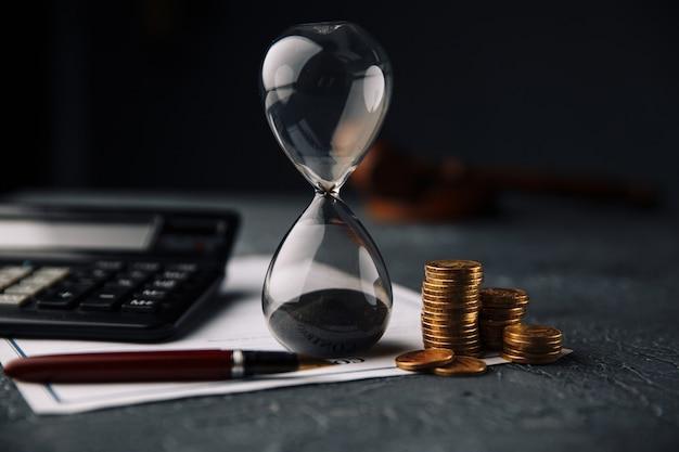 Крупный план измерения времени песочных часов, официальное подписание важного контракта.