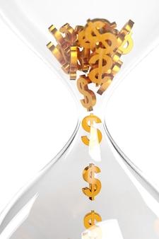 Закройте песочные часы со знаками доллара, падающими внутри него, изолированными на белой стене.