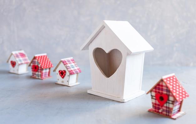 家のモデルのクローズアップ。住宅の建設、住宅の居住地、自分の家の選択、住宅ローン、住宅地の売買、賃貸、保険、投資用不動産の概念。