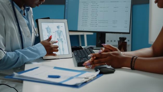 정골 요법을 위한 태블릿에 인간 골격 이미지 클로즈업