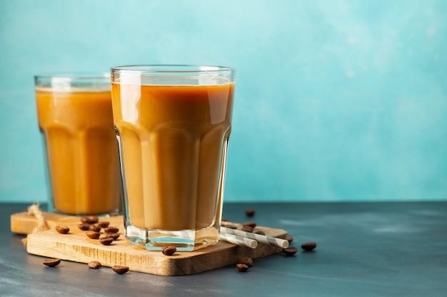 Крупный план ледяной кофе в очках