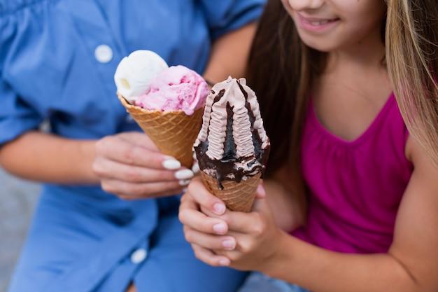 Крупный план мороженого конусов