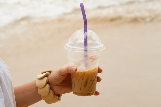 여성의 손에 아이스 커피 음료의 클로즈업