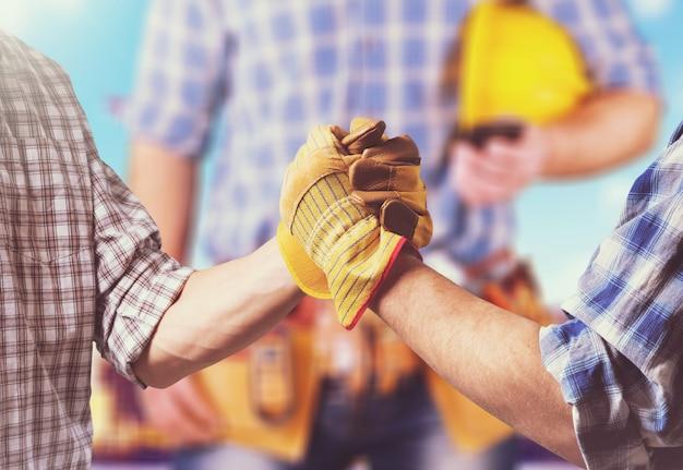 建設現場にレンガを設置する工業用煉瓦工のクローズアップ