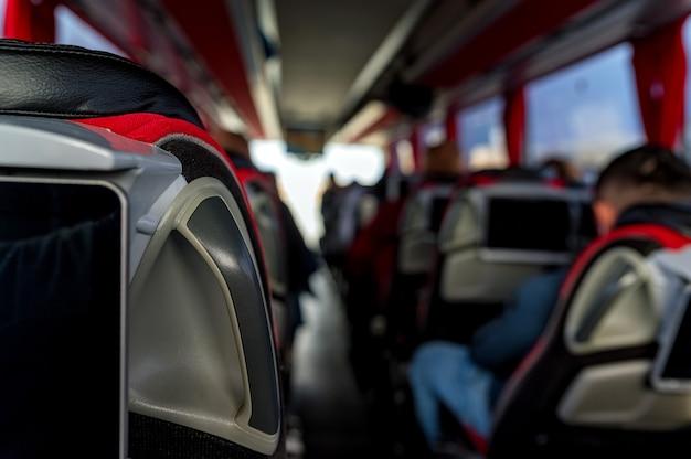 도로 여행에 승객과 여행 버스 내부의 클로즈업. 교통, 관광, 도로 여행 및 사람들 개념. 선택적 초점