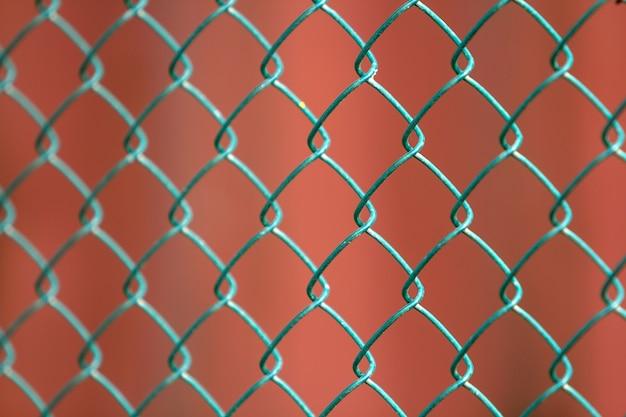 격리 된 페인트 간단한 기하학적 검은 철 금속 와이어 체인 링크 울타리의 클로즈업